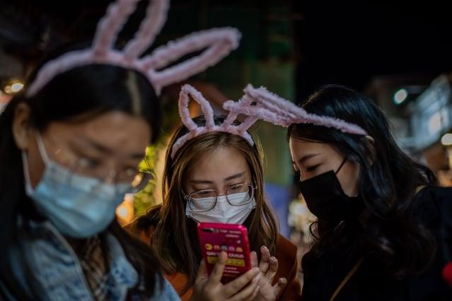 iPhone 12在中國大陸開啟預售後,熱情的買家一度擠爆蘋果官網,幾大電商平臺瞬間售罄。(NICOLAS ASFOURI/AFP via Getty Images)