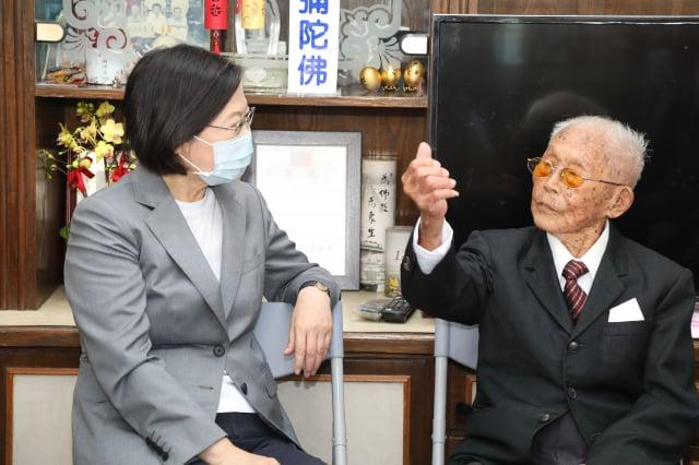 總統蔡英文(左)19日到嘉義縣拜訪百歲人瑞黃德成( 右),黃德成說,「總統存錢買武器做得對」,還給總統比個讚 。(中央社)