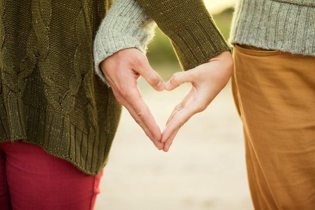 美國史丹福大學的研究顯示,夫妻的長相確實相似,但不會隨時間的推移越來越像。圖為一對夫妻比出愛心的手勢。(Pixabay)