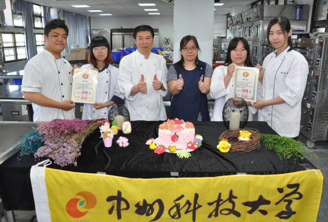中州科大餐飲廚藝系學生團隊勇奪第一屆全國蛋糕裝飾競賽雙金牌師生合影。(中州科大提供)