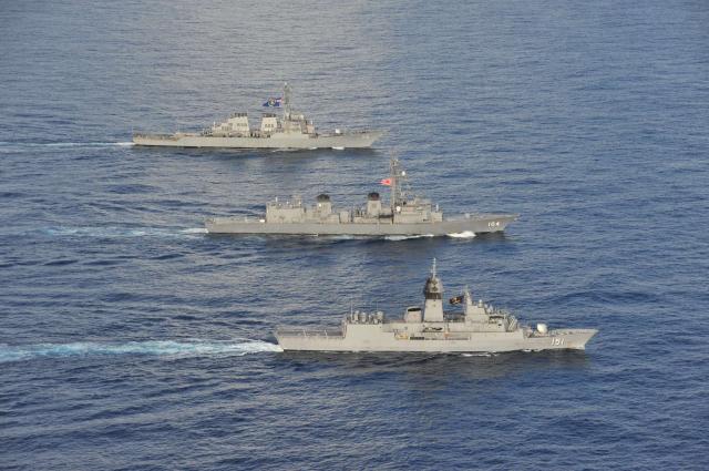 2020年10月20日,美軍伯克級驅逐艦馬侃號(DDG 56,後部),日本海上自衛隊驅逐艦霧雨號(DD 104,中部),澳洲皇家海軍阿倫塔號(FFH 151,前)在多國演習中一起在南海航行。(美國海軍)