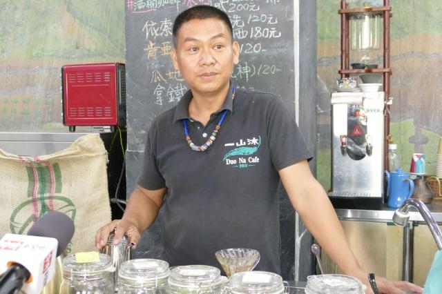 冠軍咖啡屋店長若不在,其父親卓宏昌總會坐鎮在店裡,為客人親手沖泡各種不同的咖啡。(攝影/賴瑞)
