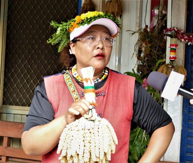 魯凱族的男孩會把華麗的小米束偷偷掛在自己愛慕的少女家門牆高處,少女家人一看到小米束的裝飾模樣,就知道是哪家的少年郎在示愛。(攝影/賴瑞)