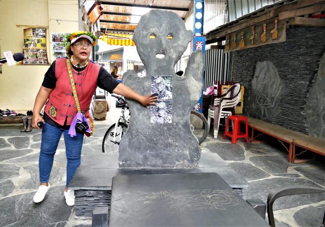 魯凱族酋長屋前會有一尊祖靈柱,祖靈柱前擺放著一個長長的石板桌,這是酋長聚集族人商討大事、調解族人糾紛的地方。(攝影/賴瑞)