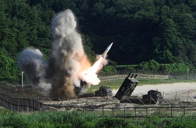 圖為M142高機動性多管火箭系統攜帶的MGM-140 陸軍戰術飛彈系統(ATACMS)飛彈。 (South Korean Defense Ministry via Getty Images)
