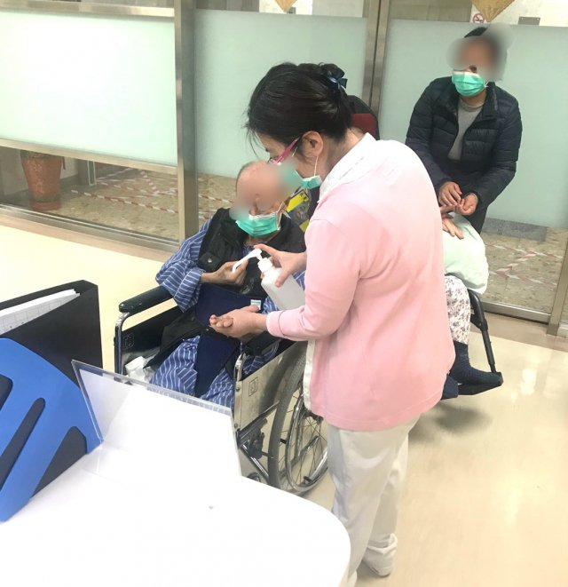 醫師及護理師至機構協助住民接種流感疫苗。(北榮桃園分院提供)