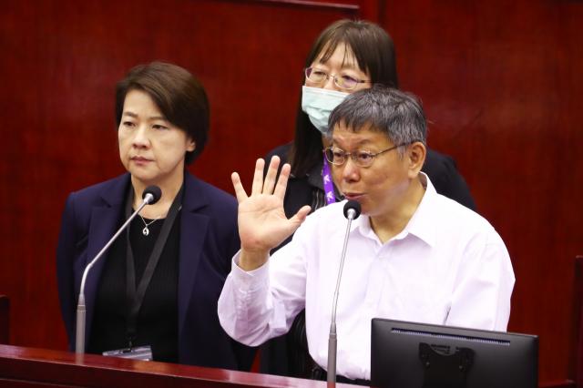 臺北市長柯文哲23日重申,跨年晚會及大型活動停辦標準,確定是1週新增15例「本土個案」。(中央社)