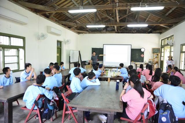 來自臺中漢口國中的學生來到裡山塾。(攝影/賴瑞)