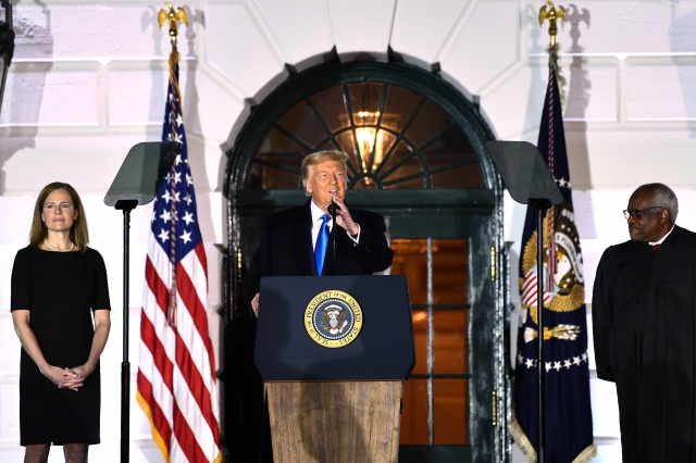 美國總統川普(中)10月26日晚上,出席了在白宮舉行的巴瑞特大法官(左)宣誓儀式。(Brendan Smialowski/AFP)