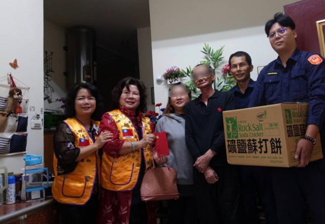 桃園一家三口貧困家庭,龜山警民關懷送物資。