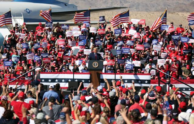 美國總統川普上任後關心草根,贏得許多社會底層、隱性選民的支持,這些人多不反應在民調上,所以川普的支持度被嚴重低估。(Isaac Brekken/Getty Images)