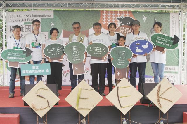 臺北市長柯文哲(左5)1日出席2020關渡國際自然藝術季開幕儀式,與藝術家們合影留念。(中央社)