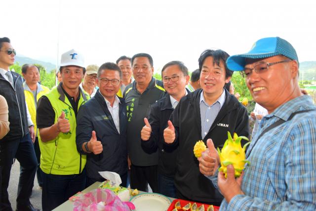 副總統賴清德(右2)走訪台東,關心農民的辛勞。(立委劉櫂豪服務處提供)