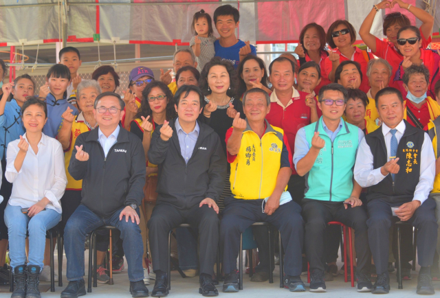 副總統賴清德參訪有百年歷史的順天宮,與鄉親親切互動合影。