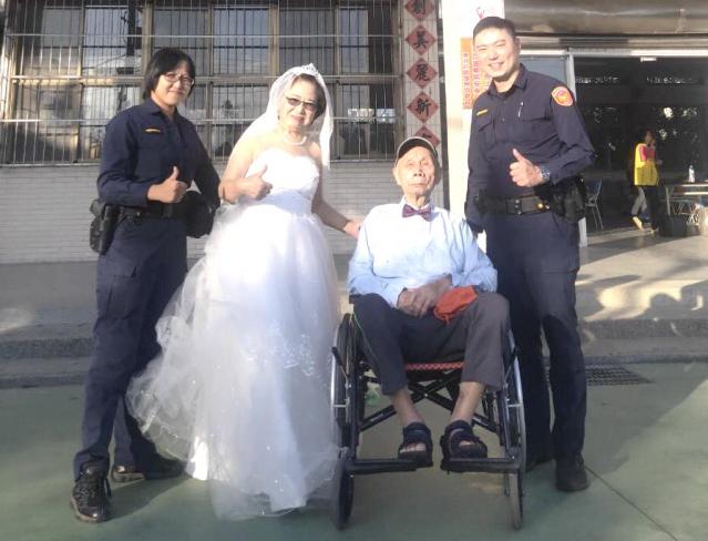 桃園平鎮警助圓夢,開心與8旬老夫妻拍攝婚紗祝福。(平鎮警分局提供)