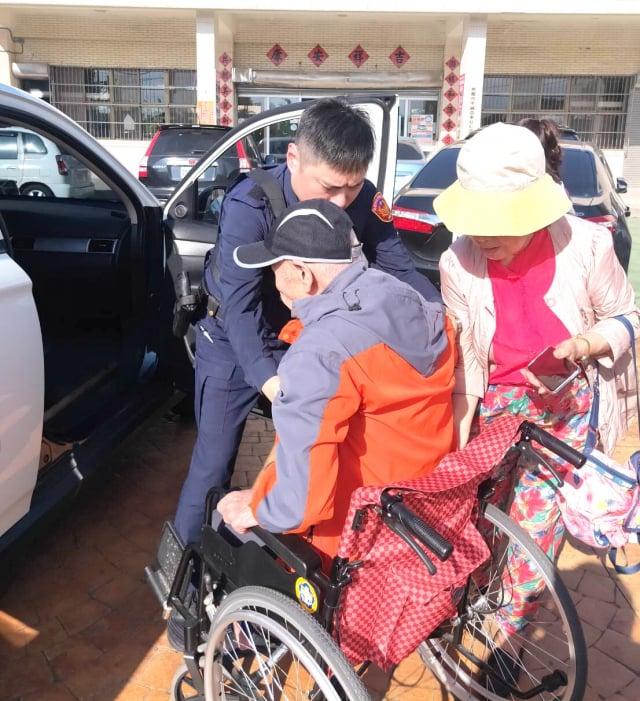 警員陳碧娟駕駛警用巡邏車,協助將老夫妻載送至活動會場。