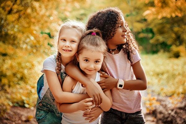 芬蘭赫爾辛基大學的研究表明,兒童在自然環境中玩耍,可增進免疫力。(Fotolia)