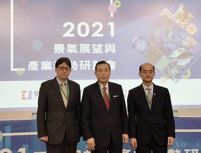 央行副總裁陳南光(左)11月3日表示,房地產興盛雖說有其正面效益,但絕對不能忽略可能帶來4大負面作用。(記者賴意晴/攝影)