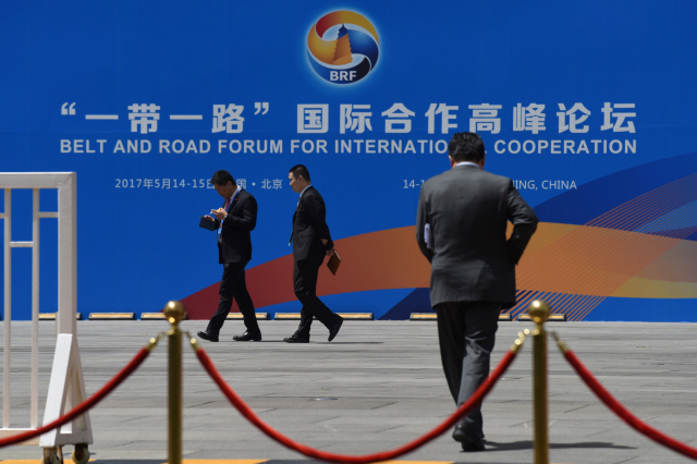 近年來,中共對「一帶一路」國家的大搞「撒幣外交」,同時為這些國家的來華留學生設立了各類助學金和獎學金制度。圖為北京「一帶一路」峰會介紹板。(GREG BAKER/AFP via Getty Images)
