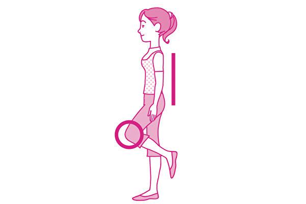 單腳站立又稱「動態火鶴療法」,能夠鍛鍊骨骼、預防骨質疏鬆症。(世茂出版提供)