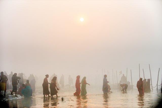 宗教慶典「大壺節」(Kumbh Mela)上,數十萬名朝聖者在聖者帶領下,陸續湧入神聖恆河,據信這能消除罪惡並獲得祝福。(ROBERTO SCHMIDT/AFP)
