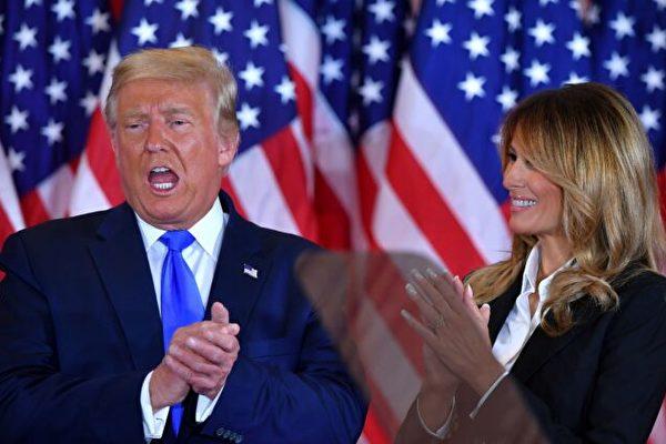 11月4日凌晨,美國總統川普和第一夫人梅蘭妮亞在白宮東廳發表演講後鼓掌。(Mandel Ngan/AFP via Getty Images)