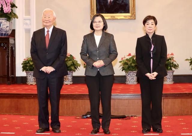 APEC經濟領袖會議將在11月20日以視訊方式登場,總統蔡英文(中)10日召開記者會,宣布由台積電創辦人張忠謀(左)擔任領袖代表,第三度代表她出席這場國際會議。圖右為張忠謀妻子張淑芬。(中央社)