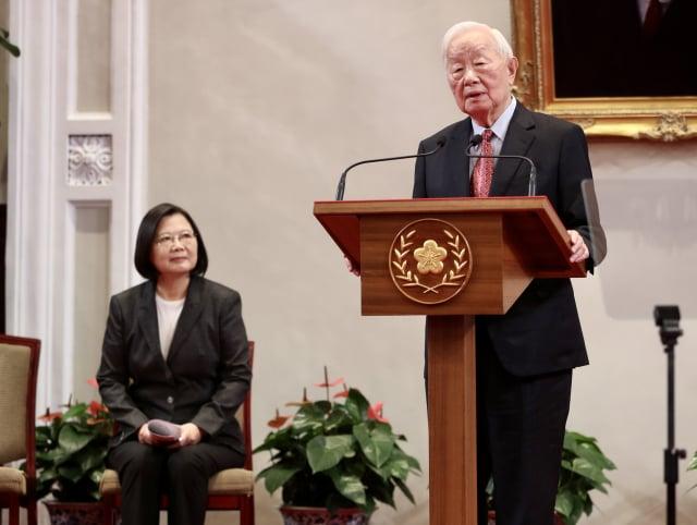 2020亞太經濟合作(APEC)領袖峰會將於11月20日以視訊方式舉行,總統蔡英文(左)10日在總統府召開記者會,宣布APEC領袖代表仍由台積電創辦人張忠謀(右)出任。(中央社)