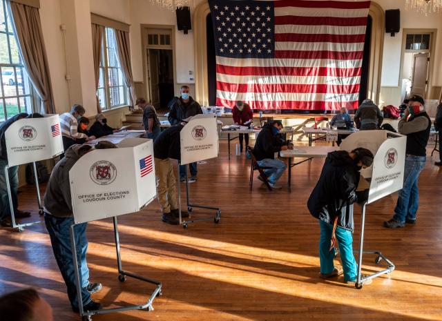 圖為2020年11月3日,美國民眾在維吉尼亞州的一個投票所投票。(ANDREW CABALLERO-REYNOLDS/AFP via Getty Images)