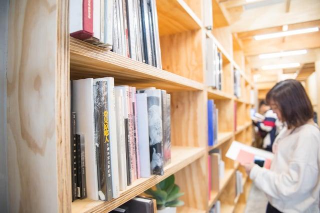 3,500本以上攝影書籍均可供自由閱讀。(Lightbox攝影圖書室提供)