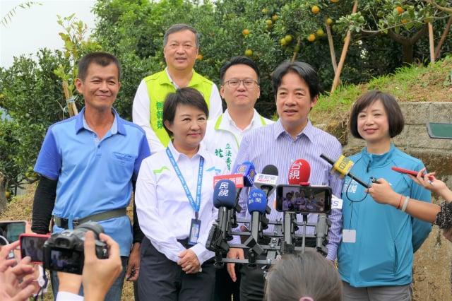 賴清德副總統和盧秀燕市長到新月傳說採果園區,行銷大坑特產的椪柑。