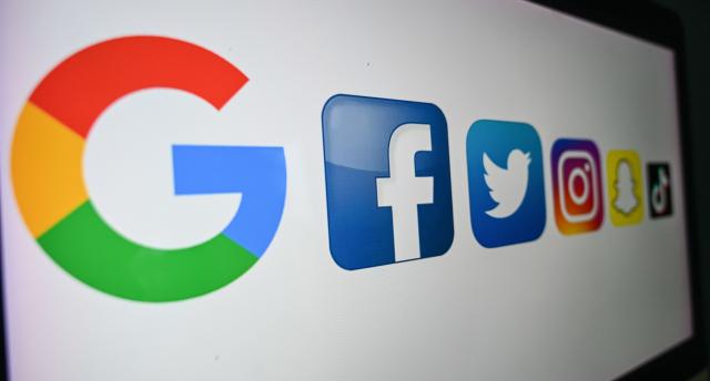 臉書、推特、谷歌等審查網路訊息,干預美國總統大選。(DENIS CHARLET/AFP via Getty Images)