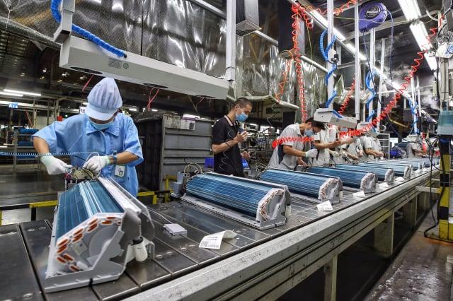 國異議人士李一平示警,中共將會藉在中國資金被套牢的「臺商」進行滲透、收買。圖為臺商工廠示意圖。( STR/AFP via Getty Images)