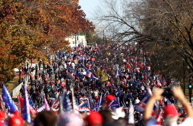 上週六(14日)中午,美國首都華盛頓民眾發起全國性的「停止竊選」,「百萬人撐川普」活動。 (Tasos Katopodis/Getty Images)