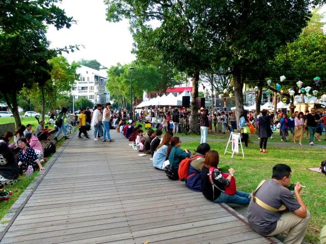 台東慢食節,民眾享受在地美食和悠閒氛圍。