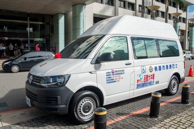 品豐大中華公司捐贈復康巴士,展現企業社會責任回饋鄉里。(桃園市府新聞處提供)
