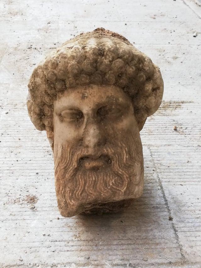 雅典(Athens)上週五(11月13日)進行下水道工程時,意外發現保存狀況良好的「旅行之神」荷米斯(Hermes)雕像。(Greek Culture Ministry / AFP)