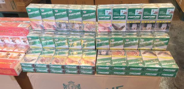 財政部關務署高雄關日前查獲中國轉口菲律賓貨櫃中有 2千箱走私未稅菸,估達100萬包,市價逾新臺幣7000 萬元。 (高雄關提供)