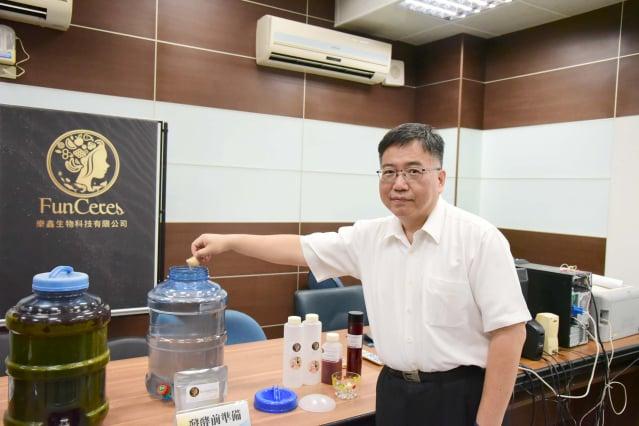 生物科技系陳又嘉教授示範如何操作「益生菌培養套組」。(屏東科技大學提供)