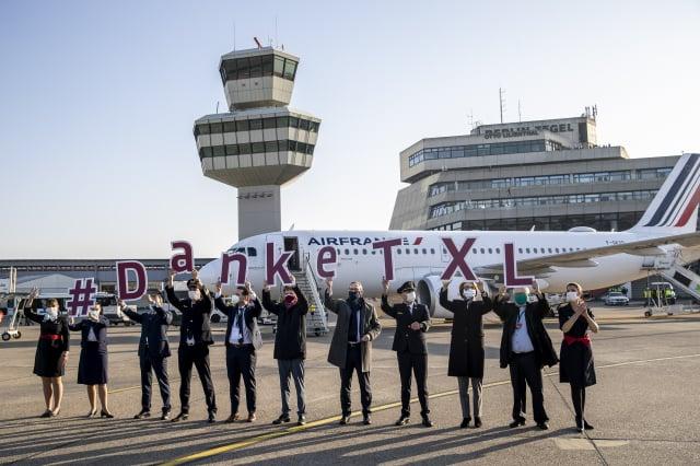 人們高舉「謝謝泰格爾」的標語牌,表達對柏林泰格爾機場的不捨。(Getty Images)