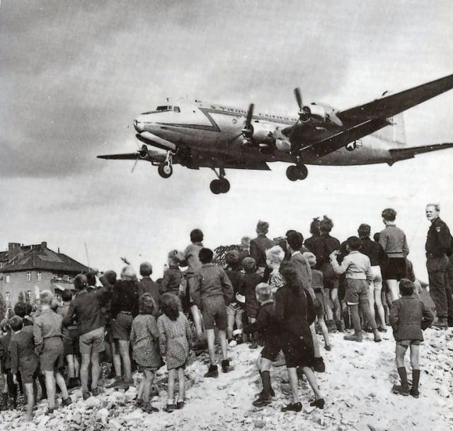 1948年,被蘇聯封鎖期間,翹首期盼西方盟軍空運物資的柏林人。(維基百科提供)
