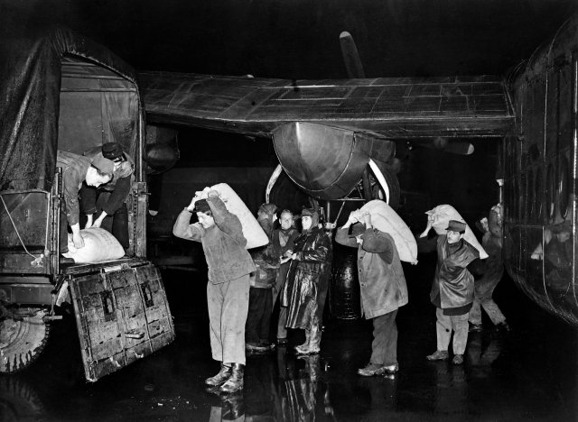 1948年,人們從柏林加托機場停機坪上卸下空運來的物資。(INTERCONTINENTALE/AFP/Getty Images)