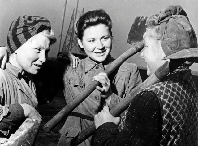 1948年,在柏林泰格爾機場工作的德國女工。(AFP via Getty Images)