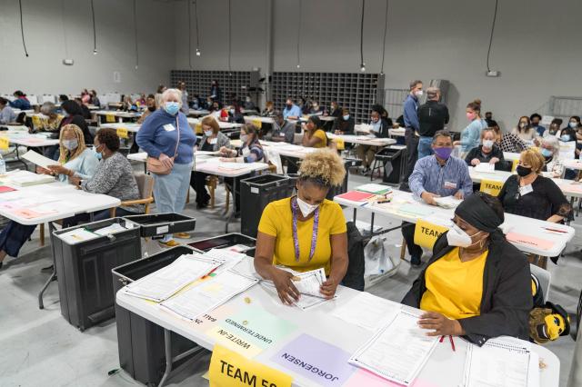 圖為2020年11月16日,美國喬治亞州格威內特郡(Gwinnett County)選舉工作人員重新計票。 (Megan Varner/Getty Images)