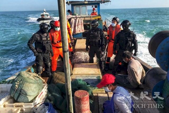 海巡署金門海巡隊19日查獲1艘中國籍漁船違法越界作業,押返1船3人移送偵辦。(金門海巡隊提供)