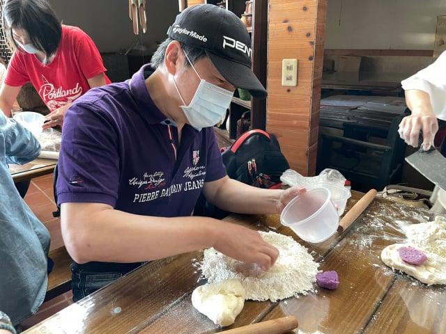 民眾製作饅頭,先將麵粉、水混合。(臺北市農會提供)