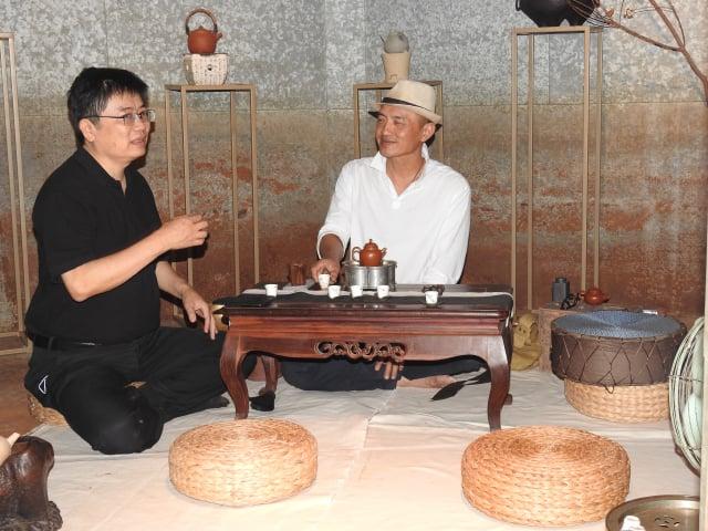 「高山茶都.嘉義」博茶會活動中,在茶食館內體驗高雅的品茗之樂。(記者蔡上海/攝影)