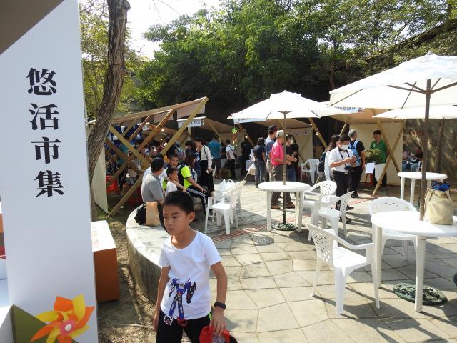 在「高山茶都.嘉義」博茶會活動中,悠活市集吸引許多民眾光顧。(記者蔡上海/攝影)