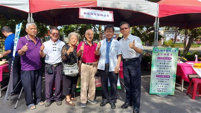 杏林堂中醫診所院長鄭永豐(右二)。(攝影/藍星)