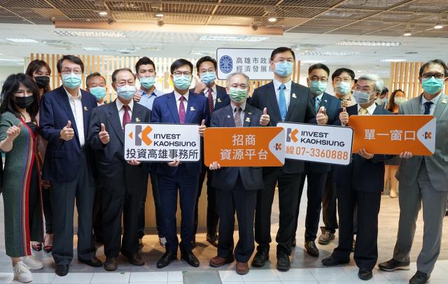 高雄市長陳其邁(左四)、投資臺灣事務所執行長張銘斌(右四)帶領「投資高雄隊」夥伴,推動高雄產業轉型。(高市經發局提供)